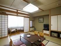 南館の8畳タイプの和室。コンパクトな純和風のお部屋です。