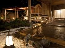 夜の庭園露天風呂。風情漂う佇まいの中、檜(ひのき)露天で湯浴みを。