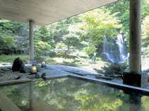 勢いよく流れる滝の音に耳を澄ましながらお湯につかれる、滝の流れる大庭園露天風呂