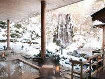 情緒あふれる櫓の先にはにごり湯露天が。奥手にある高さ8mの滝を眺めながらの湯浴みは格別