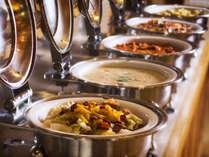 【夕食バイキング】食材にこだわった料理が並びます(写真一例)