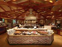 【夕食バイキング】揚げたて・焼きたてを提供する「実演ライブコーナー」が人気
