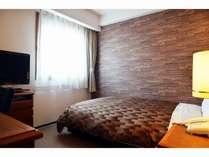 ベッド幅120cmの広々セミダブルベッドルーム。1名様はもちろんカップルなど2名様でもご利用いただけます。