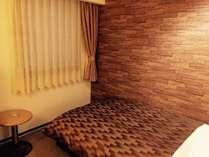 広々セミダブルベッドルーム。1名様はもちろんカップルなど2名様でもご利用いただけます。