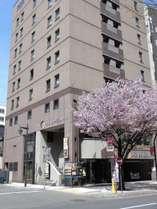 地下鉄東豊線「豊水すすきの」駅2番出口目の前!すすきのや大通りへも歩いてすぐの好立地!