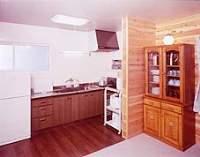 離れの別荘は、自炊派に嬉しい設備、冷蔵庫・電子レンジ・電気釜・調理具