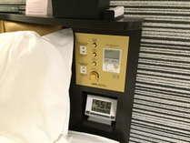 携帯電話・スマートフォンが充電できるように、コンセントを枕元に設置しています