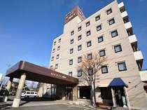 屋上看板の表記は ホテルルートイン南松本、ホテル前に無料駐車場有
