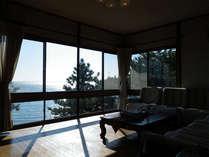 *大きな窓から浜名湖をゆったり眺められるロビー。