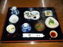 *焼き魚やしらすおろしやが付いた和定食をお部屋でお召し上がり下さい。