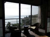 *お部屋からの眺め/窓辺に座り、浜名湖を眺めながら楽しい時間をお過し下さい。