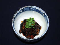 *珍しいうなぎ頭を使った佃煮です。板長が腕を振るうお料理の数々をお召し上がり下さい。