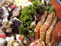*夕食は、素材の旨みが詰まった「牡蠣鍋」メインの季節の会席料理をお楽しみ下さい。(料理一例)