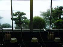 *お風呂の窓からは、奥浜名湖の美しい景観を望めます。