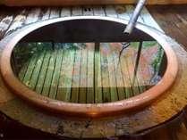 檜造り大丸風呂。自慢の源泉100%かけながし。男女ともご利用いただけます。