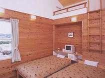 プロペラ付の天井の高い、ロフト付のウッディな客室
