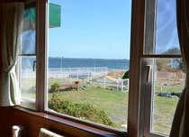 客室の大きな窓から、ドッグランと浜名湖を望む