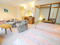 【スイート(禁煙)】広い洋間にベット3組と和室4畳のお部屋です。
