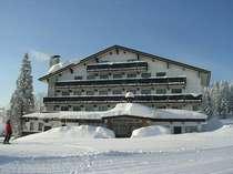 妙高高原の自然の中に映えるチロル風のプチホテル