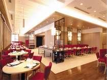 レストラン「J」は、赤を基調にしたスタイリッシュな店内でごゆっくりとご利用いただけます。