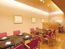 日本料理「丹頂」は、清潔感にあふれ、天井が高く、ゆったりとお食事をお召上がりいただけます。