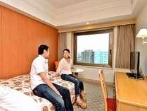 お部屋はコンパクトながらも、ベッドは140cm幅のダブルベッドを使用