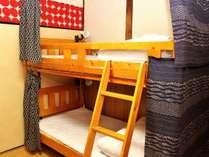 MIXドミトリー二段ベッド。手元灯とコンセントがついています。