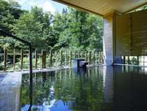 【女性露天風呂】豊かな自然を眺め、流れる川のせせらぎを聞きながらの入浴は格別です。