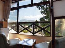 【本館和室】阿蘇の山々を望む和室で「ほっ♪」と一息。14畳と広々なのでお子様連れにも人気