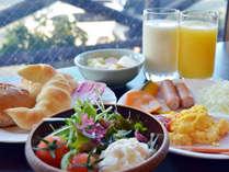 【朝食バイキング】洋食盛り付け例。フルーツジュースも美味♪