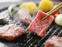 【夕食】あか牛の溶岩焼き。さっと炙る程度で美味しく召し上がれます/一例