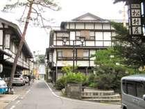古久長旅館に隣接する草津節発祥の地である鷲の湯の通りです。