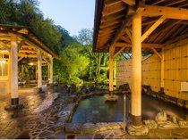 女性専用庭園露天風呂 昼間の景色とは違い夕方の露天風呂もライトアップされキレイです。,大阪府,伏尾温泉 不死王閣