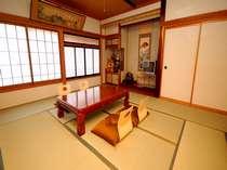 窓の外は庭園を眺めることができる和室(10畳)