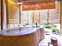 露天付き客室では、天然温泉を独り占め。しかもここは熱海の中心部。贅沢な至福の時間をお過ごしください。