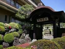 玄関の武田屋形門に掲げてる古屋の看板は、100年以上前のものです。