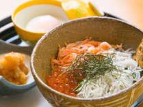 【2色丼】しらすと桜海老は、熱海を訪れるお客様に常に大人気の地物食材。