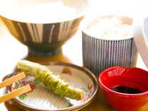 生わさび丼清流で育った伊豆の本わさび。最高級のかつお節とスタッフ厳選の専用醤油で格別のご朝食を。