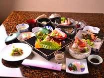 お食事は、京懐石をベースにした、古屋旅館オリジナル懐石です。