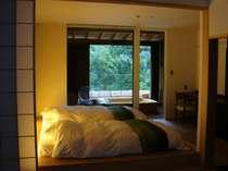 客室からの寝室と、露天風呂