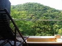 湯坂山を望む絶景の露天風呂