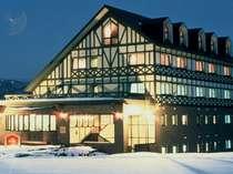 雪に囲まれた山のホテル外観(冬)