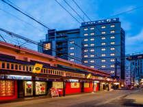 ◆ホテル外観(夜)浅草寺と花やしきのすぐそばにございます♪