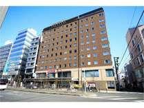 国際通りに面した10階建て 二階のジョナサンが目印です。