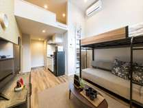 ロフト付きリビングルームです。奥にはキッチンがございますので、旅先でもお料理をすることが可能です♪