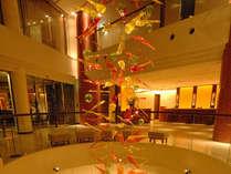 【ロビー&フロント】中央、吹き抜けには琉球ガラスのオブジェ