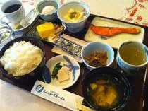 和朝食 ~ 昭和の旅館風の朝食をお召し上がり下さい。