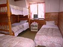 2段ベッドの入った4人部屋。ファミリーやグループさんによろこばれています。