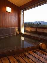 鶴の居 部屋付半露天風呂。伊香保ならではの「黄金の湯」源泉100%かけ流し
