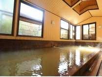 湯船の深さが1メートルもあるプールのような宿自慢の大浴場「仁之湯」(めぐみのゆ)